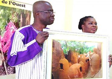 Tourisme : Remise officielle d'œuvres photographiques.