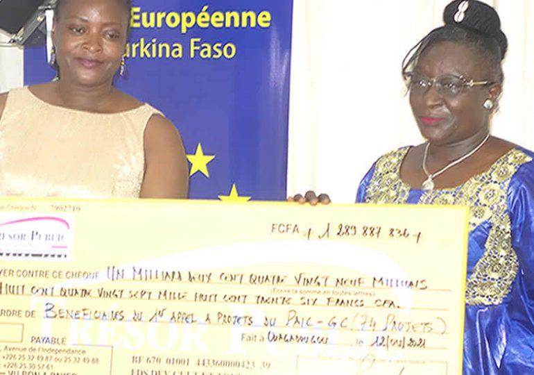 FDCT : Remise symbolique de chèques aux bénéficiaires du fonds d'appui aux industries créatives.