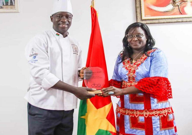 André BAYALA alias chef André présente son trophée au Ministre de la culture