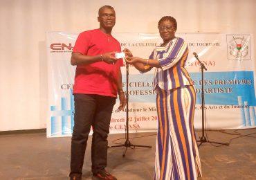 Burkina: Remise officielle des premières cartes professionnelles aux artistes